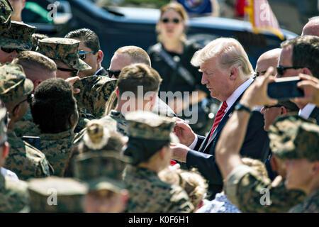 Us-Präsident Donald Trump Autogramme, als er Marines grüsst bei Marine Corps Air Station Yuma vor dem Boarding Air - Stockfoto
