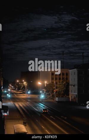 Night city life: Auto und Straße Lampen - Stockfoto