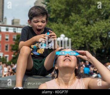 New York, NY, 21. August 2017 - Als Mom Uhren die Eclipse einen Jungen wächst ungeduldig. New Yorker versammelten sich in Washington Square zu sehen, eine partielle Sonnenfinsternis. © Stacy Walsh Rosenstock