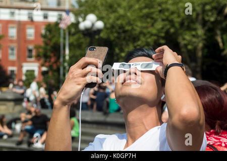 New York, NY, 21. August 2017 - eclipse Beobachter in Washington Square versammelt, um zu sehen, eine partielle - Stockfoto