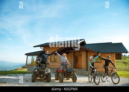 Eine Gruppe von Freunden ist über Abenteuer auf Mountain Bikes und ATV Quad Bikes vor Mountain House zu starten. - Stockfoto