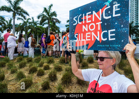 Miami Florida Museum Park März für Wissenschaft Kundgebung Zeichen poster Demonstrant Frau Lehrerin - Stockfoto