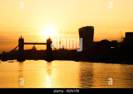 UK, London, Tower Bridge und die Skyline der Stadt über den Fluss Themse bei Sonnenuntergang, mit Blick auf die - Stockfoto
