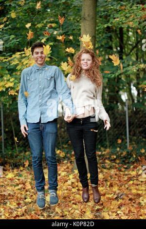 Junges Paar im Herbst - Stockfoto