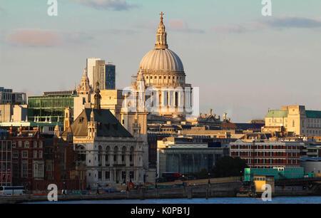 Der Blick auf Saint Paul's Cathedral bei Sonnenuntergang, der Londoner City. - Stockfoto