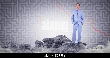 Ständigen Geschäftsmann gegen Grau Labyrinth stehender Geschäftsmann auf weißem Hintergrund - Stockfoto