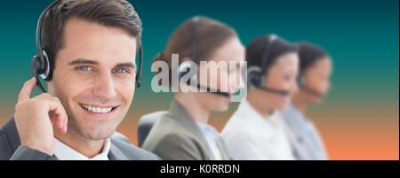 Geschäftsleute mit Headsets Computer gegen orange und Türkis Hintergrund - Stockfoto