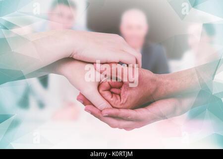 Das zusammengesetzte Bild im 7/8-Hände zusammen halten - Stockfoto