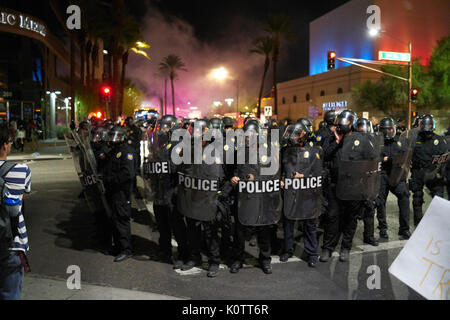 Trump Rallye in Phoenix Arizona Demonstranten und Unterstützer - Stockfoto
