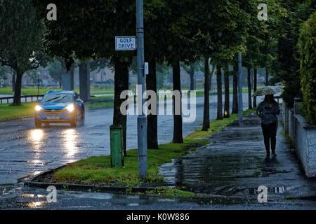 Glasgow, Schottland, Großbritannien. 25. August. Starker Regen und frühe Dunkelheit sorgen für atrocious Fahrbedingungen - Stockfoto