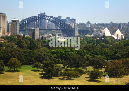 Die Sydney Harbour Bridge und dem Central Business District Australien die Domain Park im Vordergrund steht, sind - Stockfoto
