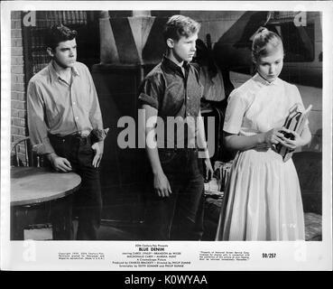 Ein Film noch Szene aus 'Blue Jeans' (1959 Twentieth Century Fox Film), drei schwere aussehende Jugendliche über - Stockfoto