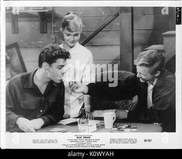 Ein Film noch Szene aus 'Blue Jeans' (1959 Twentieth Century Fox Film) und zeigt drei Jugendliche, zwei Jungen mit - Stockfoto