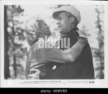"""Ein Film noch Szene aus """"Je härter Sie kommen"""" (1950 Columbia Pictures Film), in dem ein Mann und eine Frau aneinander - Stockfoto"""