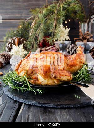 Brathähnchen auf Weihnachten und das Neue Jahr mit Glühwein und Weihnachtsschmuck, selektiver Fokus - Stockfoto