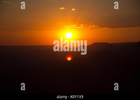 Sonnenuntergang über dem Grand Canyon, Arizona; Durch den Rauch eines nahe gelegenen Wald Feuer während der Kalifornischen - Stockfoto