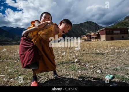 Junge Tibetische buddhistische Mönche spielen in ihrem Kloster - Stockfoto