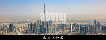 Skyline von Dubai Burj Dubai Wolkenkratzer Panorama Panoramablick Luftbild Fotografie VAE - Stockfoto