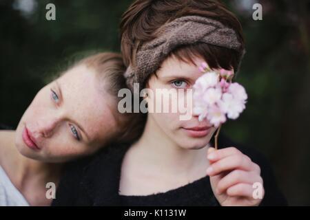 Zwei Freunde mit einem Zweig der Kirschblüte - Stockfoto