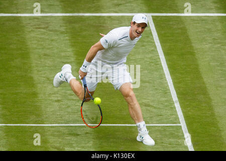 Andy Murray in Aktion gegen Alexander Bublik der Herren Singles 1. Runde - Wimbledon Championships 2017