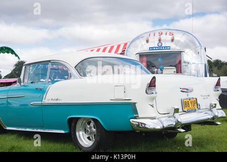 1955 Chevrolet Belair und ein amerikanischer Airstream Wohnwagen auf einen Vintage Retro Festival. Großbritannien - Stockfoto