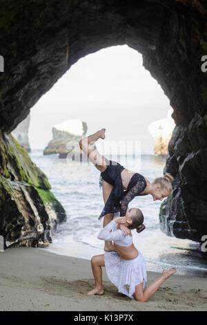 Tanz in einer Höhle - Stockfoto