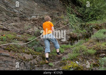 Klettersteig Pfalz : Junge auf klettersteig uerzig mosel rheinland pfalz