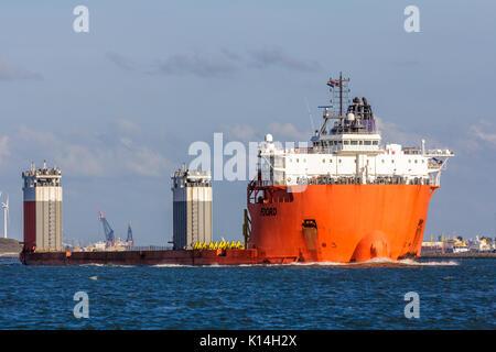 Hoek van Holland, Niederlande - 30 Juli 2017: Fjord Heavy lift Schiff im Hafen Rotterdam - Stockfoto