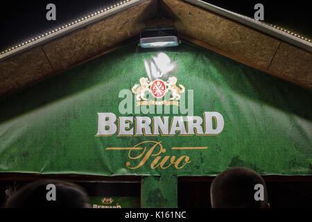 Belgrad, SERBIEN - 19. AUGUST 2017: das Logo von Bernard Pivo Bier auf einer Bernard shop in Belgrad in der Nacht - Stockfoto