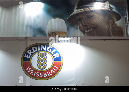 Belgrad, SERBIEN - 19. AUGUST 2017: Logo der Erdinger Bier, auf einer Erdinger shop in Belgrad in der Nacht getroffen. - Stockfoto