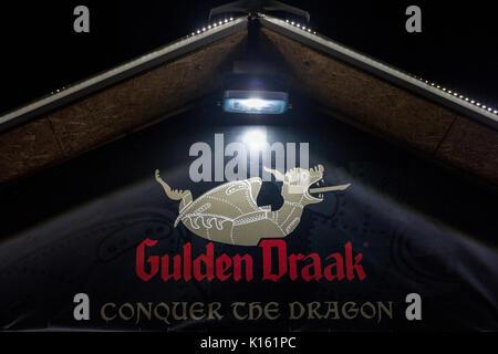 Belgrad, SERBIEN - 19. AUGUST 2017: Logo der Gulden Draak Bier, auf einem Gulden Draak shop in Belgrad in der Nacht - Stockfoto