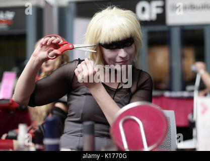 Ena Wilson den letzten Schliff zu Ihrem Kostüm wie Pris aus Blade Runner, am London Super Comic Con, im Business - Stockfoto