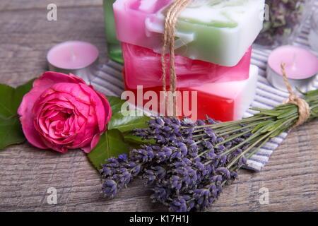Handgemachte Seife mit Bad und Spa Zubehör. Lavendel und nostalgische rosa Rose getrocknet - Stockfoto