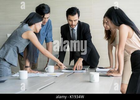 Gruppe von multi-ethnischen Geschäftspartner Ideen im Tagungsraum im Büro zu diskutieren. Menschen treffen Unternehmenskommunikation - Stockfoto