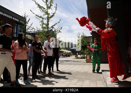 """(170826) - Peking, 26.08.2017 (Xinhua) - Touristen nehmen Teil in einem Spiel """"Ball werfen"""", eine traditionelle - Stockfoto"""