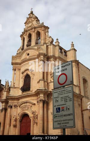 Sizilien, Stadt Ragusa, Kirche, Chiesa di San Giuseppe und Verkehrszeichen, Verkehrs- beruhigten Zone, in der Piazza - Stockfoto