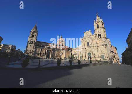 Sizilien, auf der linken Seite der Kathedrale Maria Santissima Annunziata und rechts die Basilika dei Santi Pietro - Stockfoto
