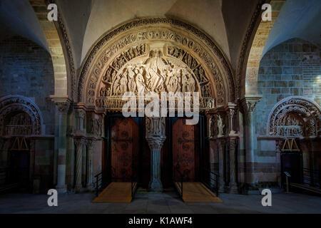 Tympanon in der Basilika Sainte Madeleine stammt aus dem 12. Jahrhundert. - Stockfoto