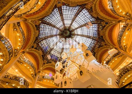 Galerien Lafayette Haussmann Interieur mit Glaskuppel zu Weihnachten. Paris, Frankreich - Stockfoto