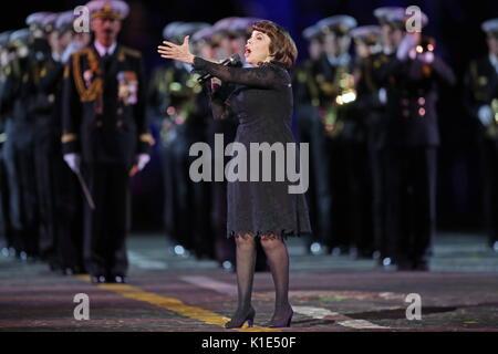 Moskau, Russland. 25 Aug, 2017. Die französische Sängerin Mireille Mathieu (C) führt an der Generalprobe der Eröffnungsfeier - Stockfoto