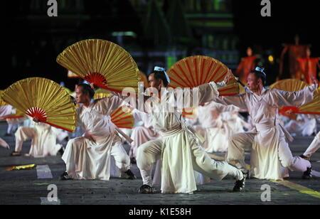 Moskau, Russland. 25 Aug, 2017. Taoistische Mönche aus Wudangshan, China, führen Sie an der Generalprobe der Eröffnungsfeier - Stockfoto