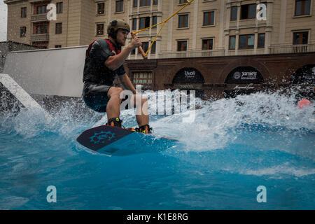 Moskau, Russland. 25 August, 2017. Ein wakeboard Rider springt während der Eröffnung der Park in der Nähe der Rote - Stockfoto