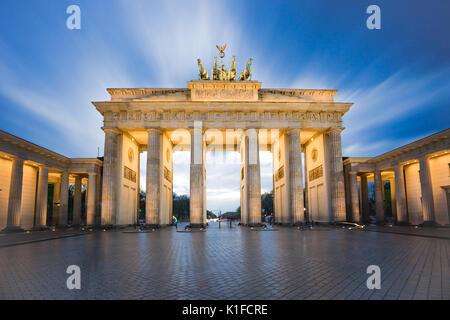 Brandenburger Tor oder das Brandenburger Tor in Berlin bei Nacht. - Stockfoto