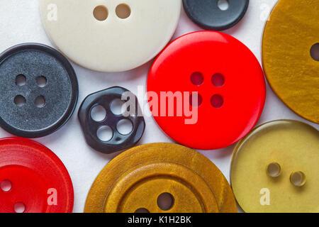 Sammlung von farbigen Buttons. Weißer Hintergrund. Makro. Nahaufnahme, Soft Focus. - Stockfoto