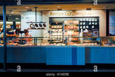 BERLIN - JUNI 2: eine Bäckerei in der Berliner Hauptbahnhof, der Hauptbahnhof der Stadt, am 2. Juni 2011. - Stockfoto