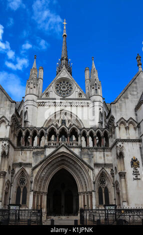 Historische Gebäude und Eingang der Royal Courts of Justice in London, England. - Stockfoto