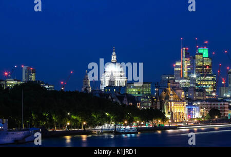 Der Blick auf die Kuppel von St. Paul's Cathedral in der Nacht, der Londoner City. - Stockfoto