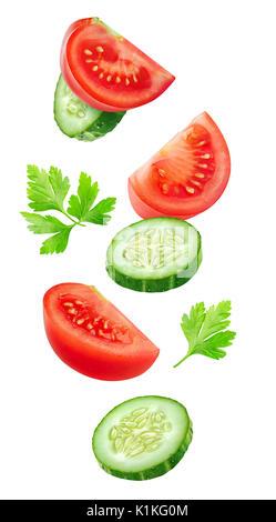 isolierte schichten von gem se fallende schneiden gurke tomate und paprika salat zutaten auf. Black Bedroom Furniture Sets. Home Design Ideas