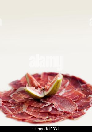 In Scheiben geschnitten Jamon mit Feigen. Traditionelle Tapas, Teller aus Spanien. isoliert. - Stockfoto