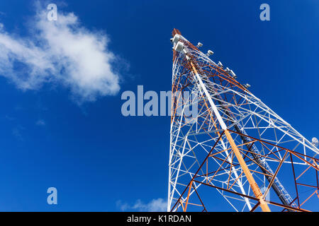 Telekommunikation Turm vor einem blauen Himmel. radio Tower, mobile Tower - Stockfoto